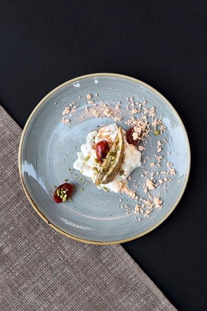 Triglia-stracciatella-di-burrata-limone-pistacchi-e-pomodori-confit-1